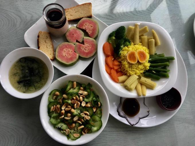 Chế độ ăn thực dưỡng với phần lớn là rau củ, trái cây.