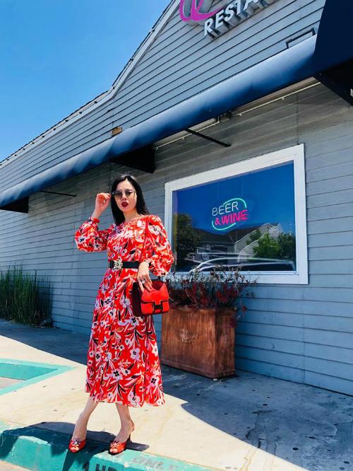 Lệ Quyên diện một cây đỏ nổi bật, vô tư tạo dáng dưới nắng trên đường phố ở Mỹ. Nữ ca sĩcho biết: Dạo này thích mặc màu rực rỡ.