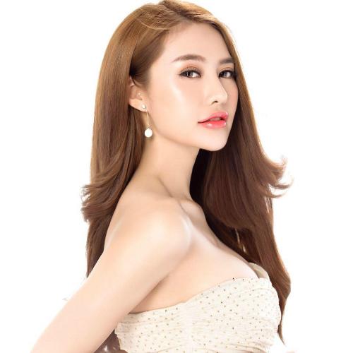 Linh Chi mặc váy cúp ngực, khéo léo khoe vòng 1 đầy đặn. Gương mặt của người đẹp được cho là ngày càng khác biệt sau nhiều lần dao kéo.