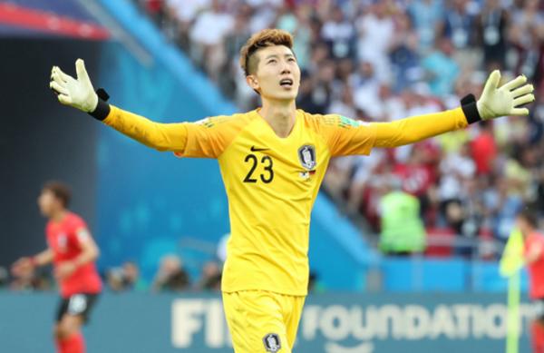 Thủ môn hot boy của tuyển Hàn Quốc là soái ca nổi tiếng yêu vợ, thương con