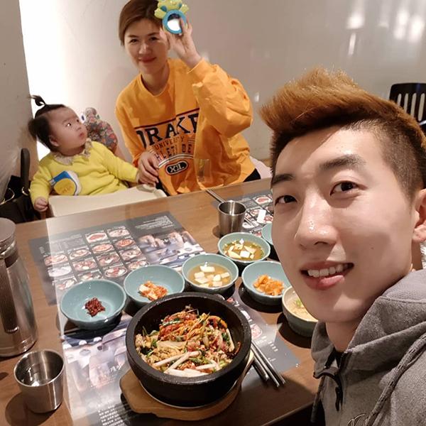 Thủ môn hot boy của tuyển Hàn Quốc là soái ca nổi tiếng yêu vợ, thương con - 4