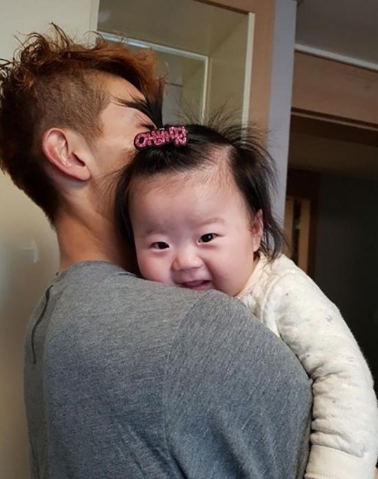 Thủ môn hot boy của tuyển Hàn Quốc là soái ca nổi tiếng yêu vợ, thương con - 6