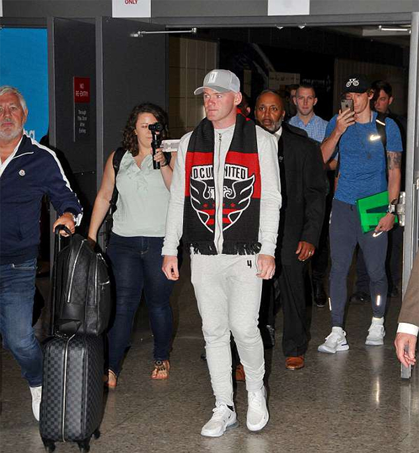 Hôm 28/6, Rooney đặt chân tới sân bayWashington để chuẩn bị cho buổi gia mắt CLBDC United. Cựu tiền đạo MU vừa ký hợp đồng ba năm rưỡi với đội bóng thuộc giải MLS.