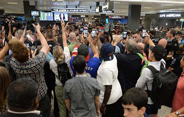 Rất đông fan có mặt tại sân bay để chào đón Rooney.