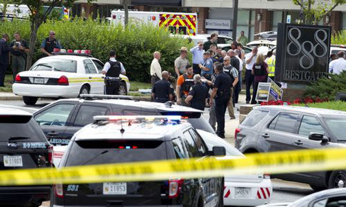 Cảnh sát tập trung bên ngoài tòa nhà đặt tòa soạn báo Capital Gazette ở Anapolis, bang Maryland, Mỹ. Ảnh: AP.