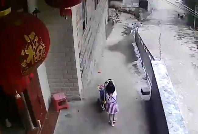 Bé gái thả xe đẩy của em trai xuống dốc