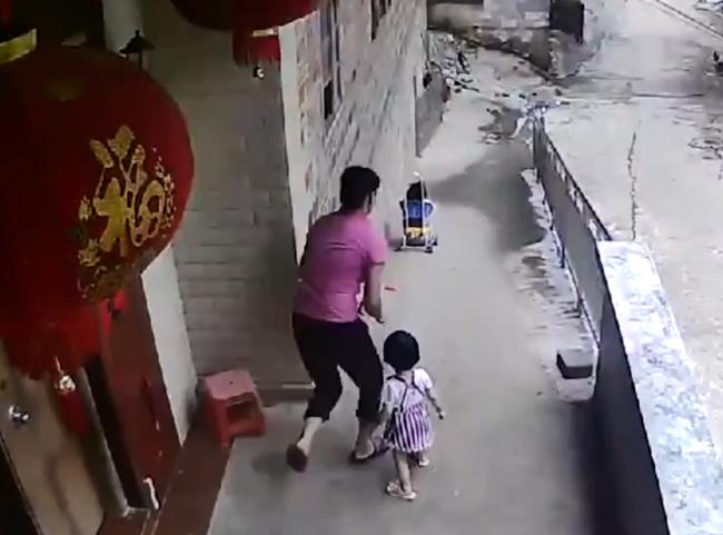 Bé gái thả xe đẩy của em trai xuống dốc - 1