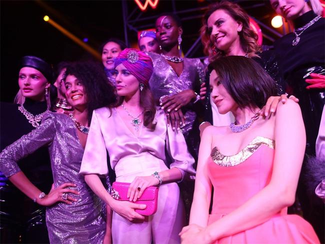 Người đẹp chụp cùng các chân dài góp mặt trong show.