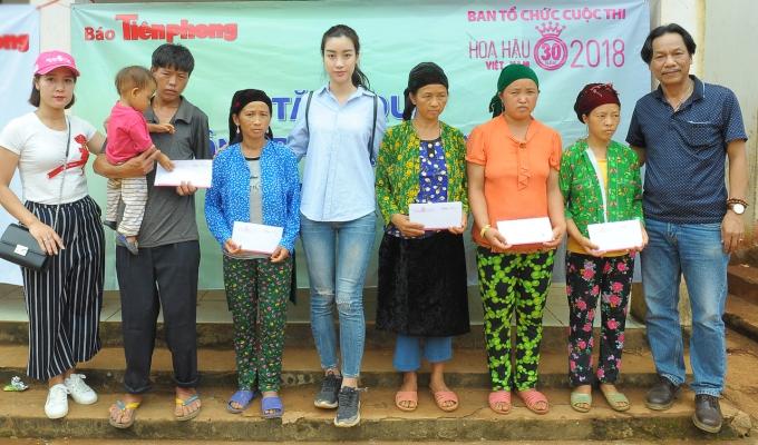 Ngày 29/6, Đỗ Mỹ Linh cùng ban tổ chức Hoa hậu Việt Nam đến Hà Giang hỗ trợ người dân vừa hứng chịu lũ lụt. Xe di chuyển đến Hà Giang lúc nửa đêm, Mỹ Linh cùng đoàn gặp lãnh đạo tỉnh Hà Giang triển khai ngay kế hoạch đi cứu trợ.