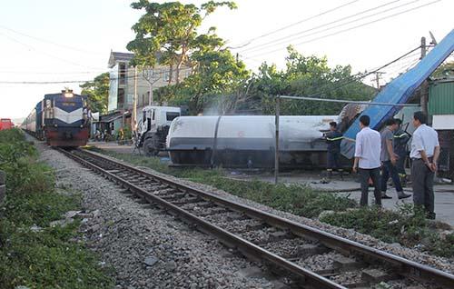 Hiện trường nơi xe bồn bị đâm. Ảnh: Nguyễn Hải.