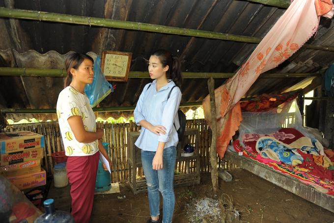[Hoa hậu Việt Nam 2016 hỏi thăm, động viên bà con đang hứng chịu vô vàn khó khăn vì mưa lũ. Cô mong mọi người cố gắng vượt qua hoạn nạn, ổn định cuộc sống.
