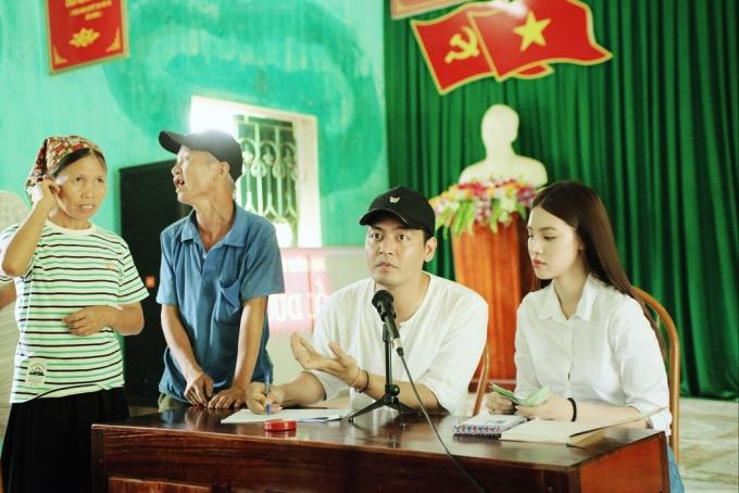 Trước đó, MC Phan Anh và Hoa hậu Jolie Nguyễn cũng đến Hà Giang để động viên tinh thần và trao những phần quà hỗ trợ đồng bào vùng lũ.