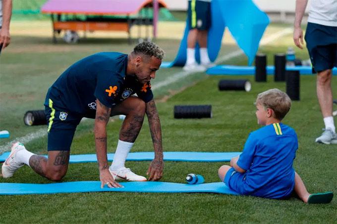 Davi Lucca luôn quấn lấy bố bố suốt buổi tập ngày 29/6. Cậu nhóc 6 tuổi được gia đình Neymar đưa tới Nga để cổ vũ đội bóng từ đầu giải. Em gái Neymar Rafaella từng bị chấn thương sau khi chứng kiến trận đấu kịch tính giữa Brazil và Costa Rica ở vòng bảng.