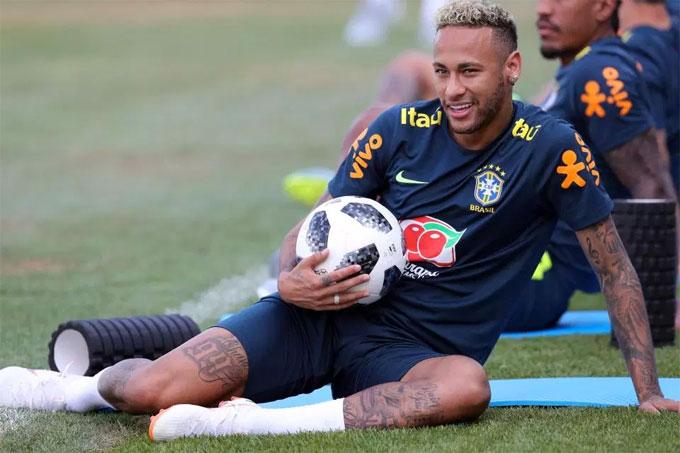 Neymar tỏ ra thoải mái, thường xuyên nở nụ cười. Vượt qua khó khăn trong giai đoạn đầu giải, Brazil chơi khởi sắc và được coi là ứng viên sáng giá nhất cho ngôi vô địch.