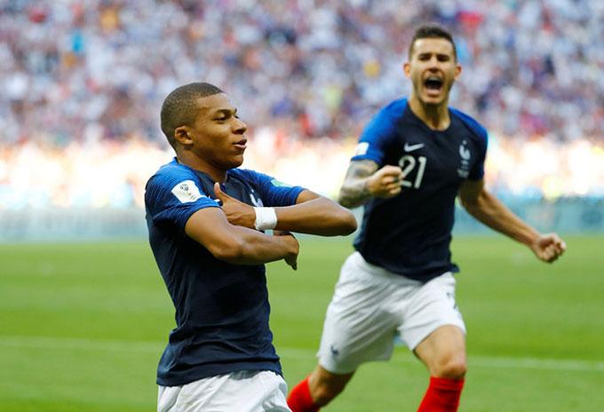 Mbappe đem về quả penalty giúp Pháp mở tỷ số trước khi ghi hai bàn giúp đội nhà dẫn 4-2. Ảnh: AP.