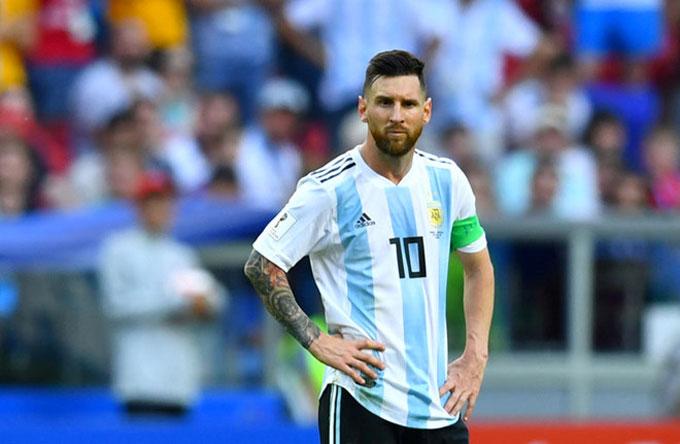 Messi bị khóa chặt nhưng vẫn đóng góp vào hai pha ghi bàn của Argentina. Ảnh: AP.