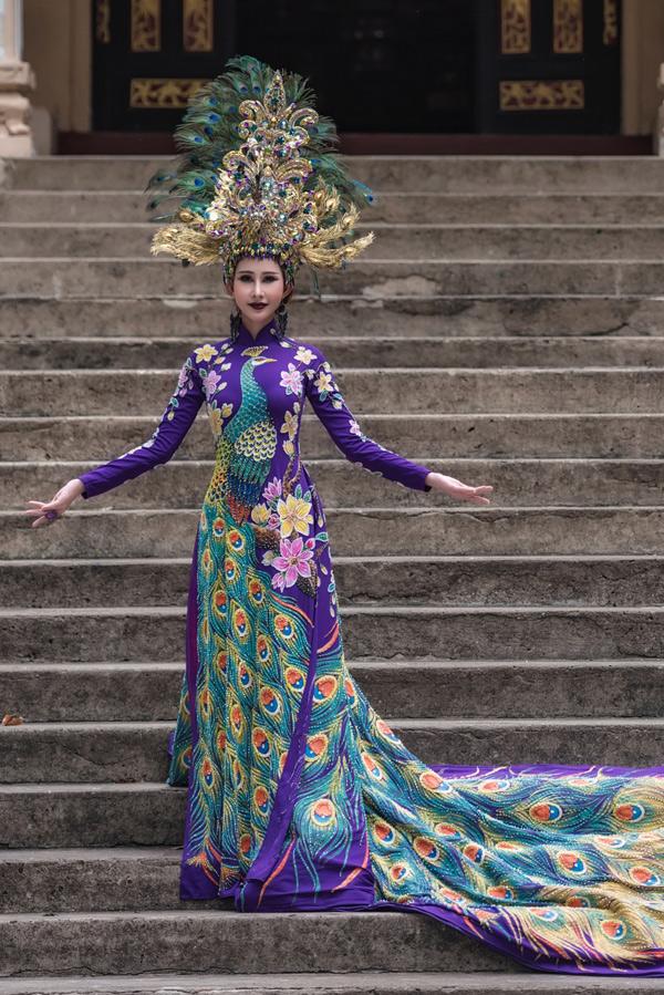 Bộ quốc phục hình chim công của Chi Nguyễn trước khi bị cắt.