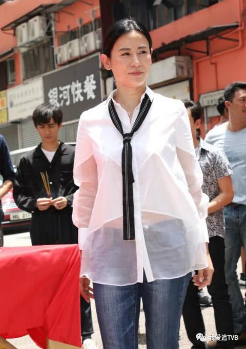Tuyên Huyên dự sự kiện với bộ trang phục kí cổng cao tường. Cô tiết lộ phim sẽ có nhiều cảnh hành động gay cấn.