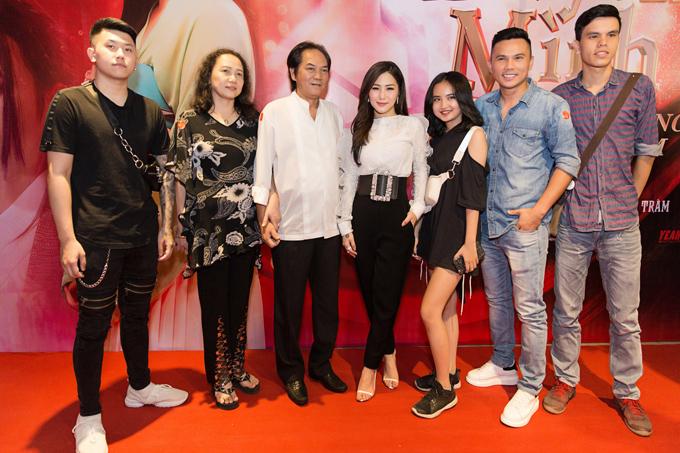Bố con Tú Dưa chụp ảnh cùng Hương Tràm và gia đình cô trong sự kiện.