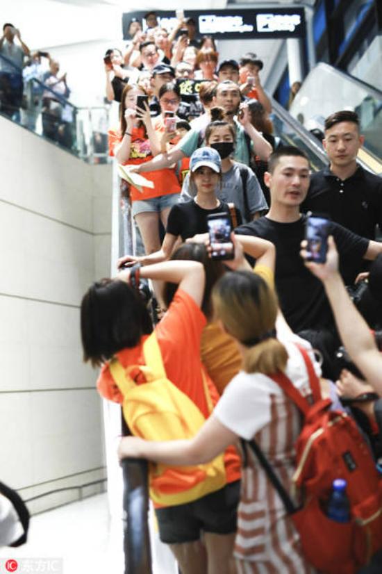 Đámđông hiếu kỳ bám sát Thái Y Lâm tại sân bay và thi nhau chụp hình cô.
