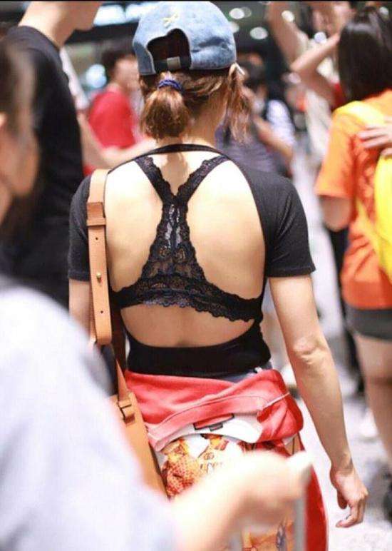 ...ánh nhìn được chuyểnhướngtới phần lưng của ngườiđẹp. Bộáo nửa kín nửa hở của Thái Y Lâm giúp côđể lộ toàn bộ phần lưng trần sau bra xuyên thấu.