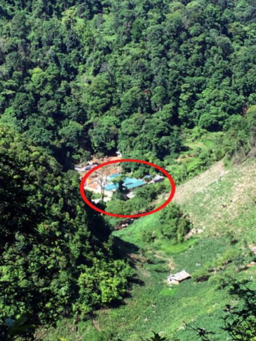 Nhà của ông trùm Tuân nằm ở giữa thung lũng, bao quanh là núi và rừng.Ảnh: Bá Đô