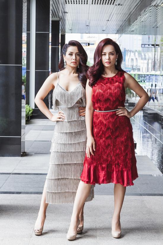 Cặp mẫu song sinh khiến nhiều người không nhận ra vì mặc váy tua rua đồng điệu và trang điểm, để kiểu tóc y hệt nhau. Cả hai đều đã bước sang tuổi 40 nhưng vẫn giữ được ngoại hình trẻ trung.