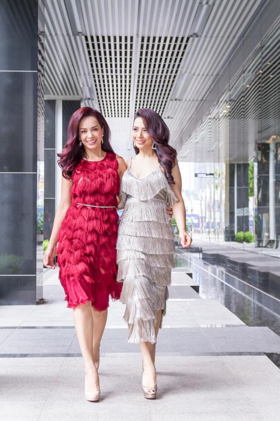 Hai chị em Thuý Hằng, Thuý Hạnh sống ở hai thành phố khác nhau nên thi thoảng mới hội ngộ. Mới đây, khi vào Sài Gòn công tác, cặp model song sinh đã