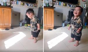 Cậu bé cười nắc nẻ khi chơi trò giấu nắng cùng bố