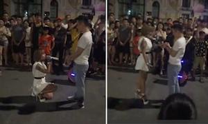Cô gái quỳ gối cầu hôn chàng trai trên phố đi bộ Hà Nội