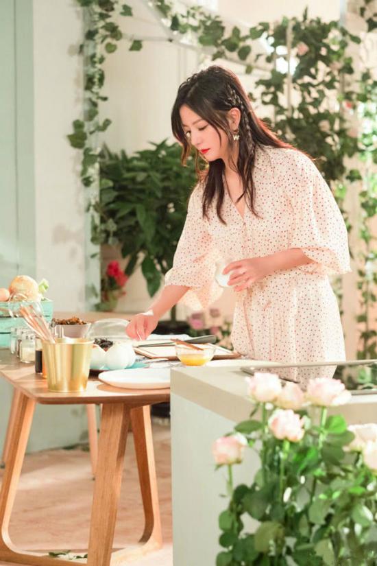 Trong đoạn video giới thiệu của mình, Triệu Vy ăn mặc điệu đà, thướt tha, cô vào bếp cắm hoa và nấu món ăn ưa thích.