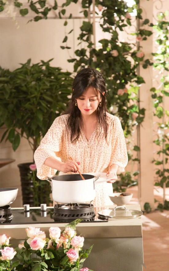 Én nhỏ tiết lộ, niềm đam mê ẩm thực và các bí quyết nấu nướng của cô đều được mẹ truyền lại. So với mùa đầu, ở mùa hai này, kỹ năng nấu nướng của Triệu Vy đã lên tay đáng kể.