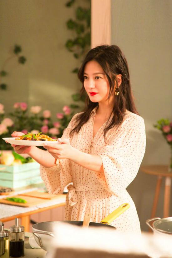 So với mùa đầu, ở mùa hai này, kỹ năng nấu nướng của Triệu Vy đã lên tay đáng kể.