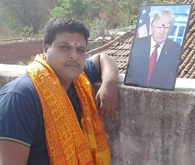Krishna luôn mang ảnh ông Trump bên mình mỗi khi đi đâu. Ảnh: Facebook.