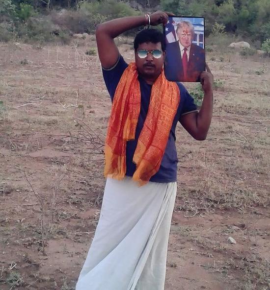 Krishna đội ảnh ông Trump lên vai. Ảnh: Facebook.