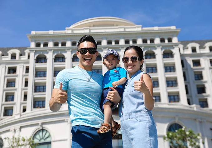 Vợ chồng Quốc Cơ - Hồng Phượng và con trai tên Bắp mặc ton-sur-ton xanh đi du lịch Nha Trang.