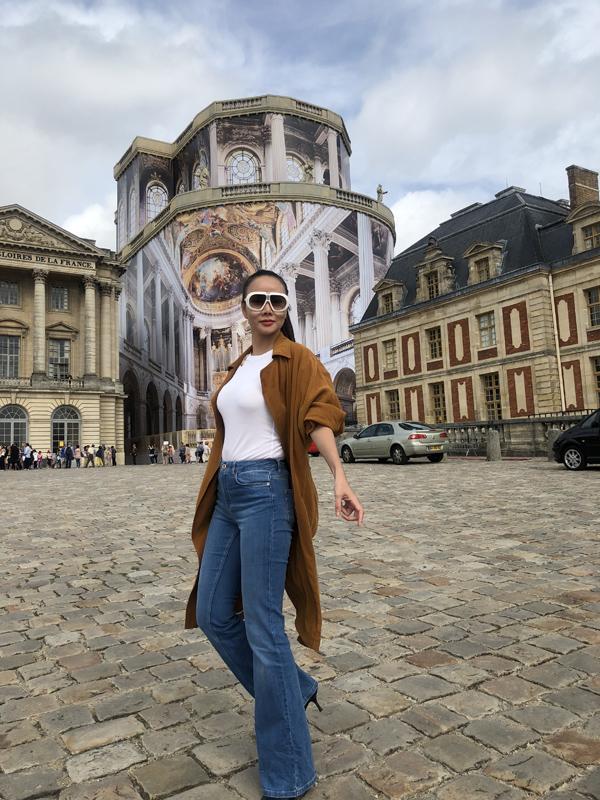 Người đẹp không mua tour mà đi tự túc. Cô muốn thoải mái khám phá các công trình kiến trúc độc đáo ở Paris. Dương Yến Ngọc thăm cung điện Versailles nổi tiếng tại Pháp.