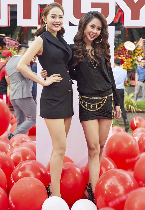 Minh Hằng và Tường Vi thân nhau từ khi đóng chung phim Ngôi nhà hạnh phúc. Hai người đẹp tạo dáng chụp ảnh kỷ niệm nhân dịp hội ngộ.
