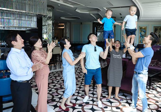 Đây là lần đầu đại gia đình 3 thế hệ của Quốc Cơ - Quốc Nghiệp đi du lịch chung. Hai nghệ sĩ vui vẻ làm xiếc với con trai tại khách sạn.