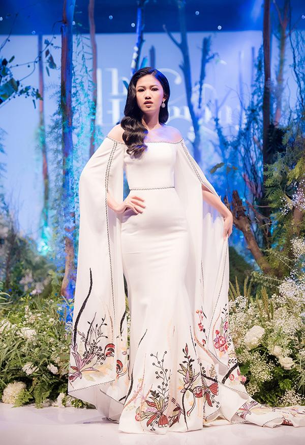 Cũng ở bộ sưu tập đầu tiên, Á hậu Thanh Tú là nàng thơ mới của NTK Hà Duy. Với chiều cao 180 cm, người đẹp nổi bật giữa dàn model của chương trình.