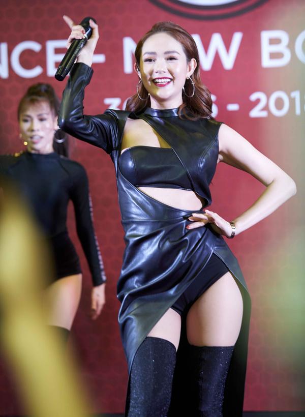 Minh Hằng thay bộ đồ da cắt xẻ táo bạo, biểu diễn ca khúc Break the rules.