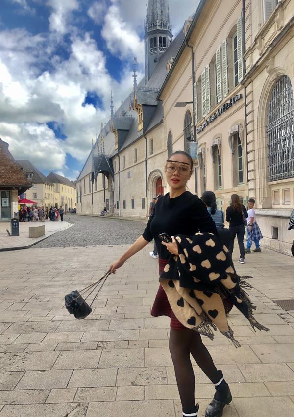 Cô đến thăm các thành phố ở miền nam nước Pháp.