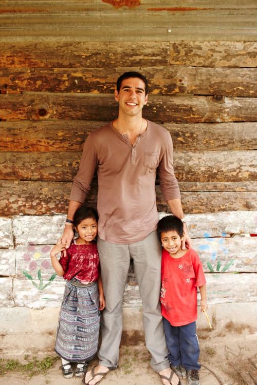 Adam với những em nhỏ không có cơ hội đến trường.
