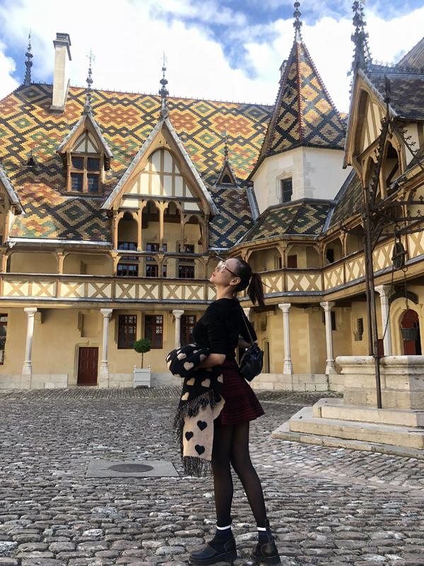 Cô thăm bảo tàng Hospice Comtesse xây dựng từ thế kỷ 13. Nơi đây từng là bệnh viện để chăm sóc các bệnh nhân nghèo thời xưa.