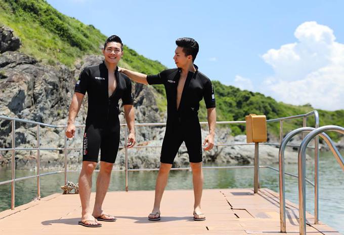 Anh em Quốc Cơ - Quốc Nghiệp khoe vóc dáng săn chắc khi mặc trang phục lặn biển.