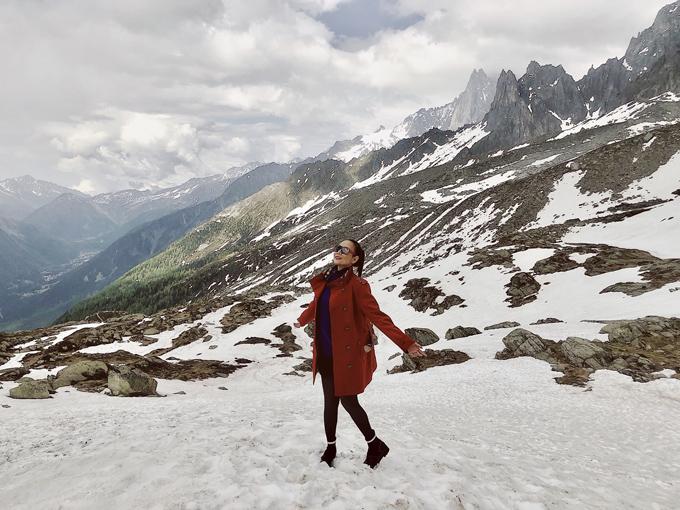 Cựu người mẫu thích thú tạo dáng trên một ngọn núi tuyết ở Pháp.