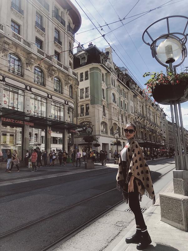 Dương Yến Ngọc dạo chơi trên đường phố Thụy Sĩ.