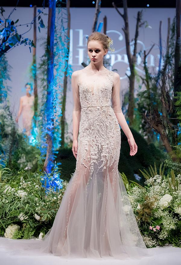 Trong loạt trang phục   thứ hai, kỹ thuật đính kết được phô diễn  rõ hơn qua từng mẫu đầm dạ hội cầu kỳ. Các gam  pastel như hồng, tím nhạt, màu nude, xanh lam... được Hà Duy  ưu ái khai thác.