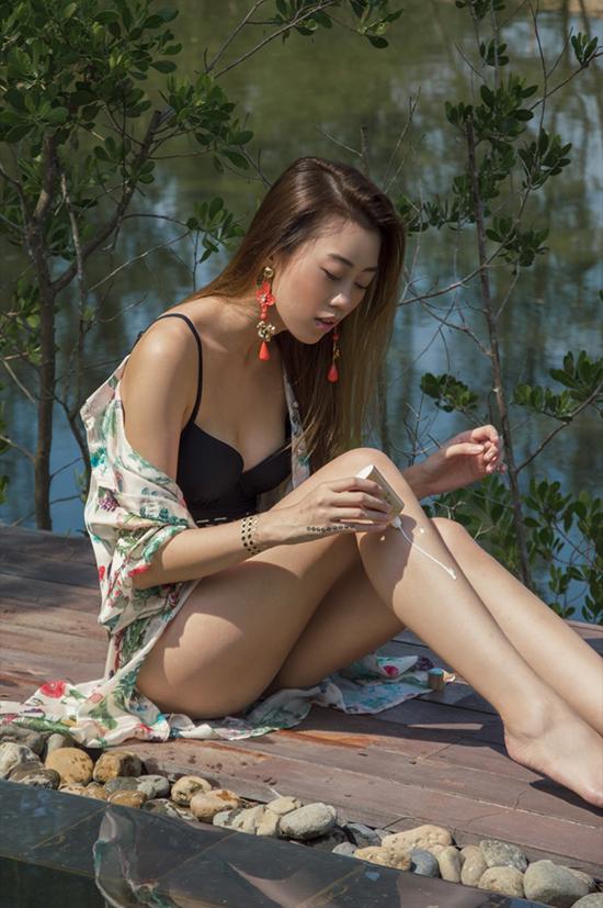 Kikki Lê phối hợp nhịp nhàng về sắc màu và kiểu dáng cho hoa tai to bản và áo choàng đi biển.