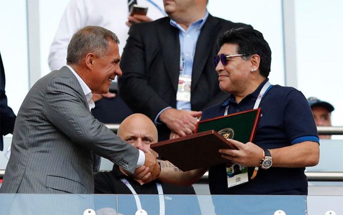 Trước trận đấu, Maradona nhậnkỷ niệm chương từ Tổng thống Cộng hòa Tatarstan Rustam Minnikhanov.